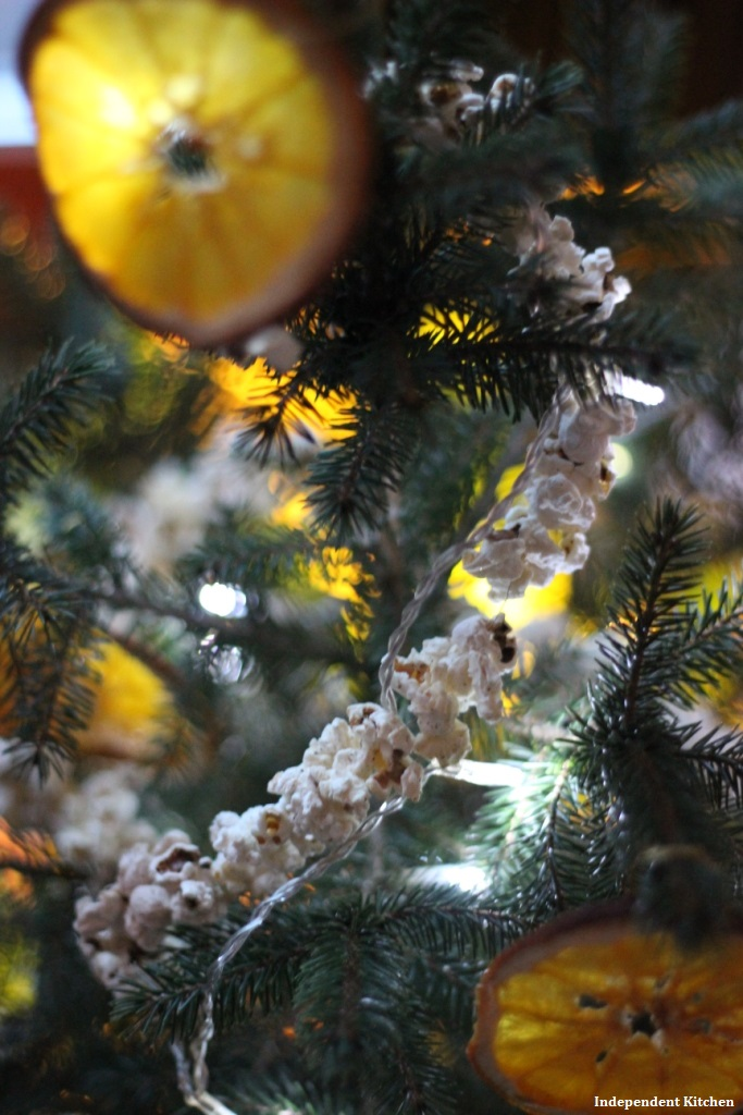 A very natural Christmas with handmade popcorn tinsel, great for kids!